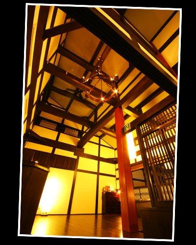 ロビー 高い天井 弁天色 木 漆喰 しっくい